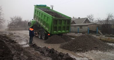 Працівники КП «Комишуваський комунальник» зосередили сили на поточному ремонті доріг громади